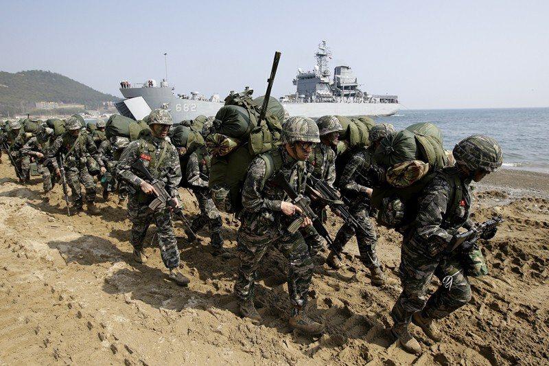 就在無協議結果出現後第二天,美韓同意終止每年四月的美韓大型軍演。 圖/美聯社