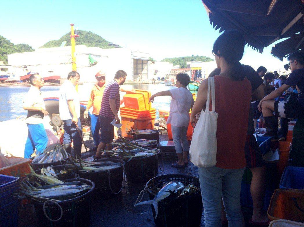 下午忙碌的魚市場。圖/鄭雅嬬提供