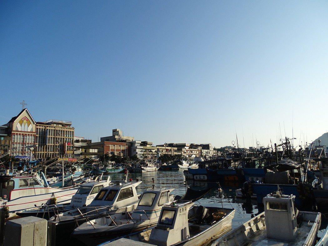南方澳漁港停靠著各種大小的漁船。圖/鄭雅嬬提供