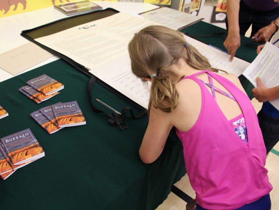 2018年,《野牛協定》的相關部落與周邊小學合作、邀請共同簽署。透過藝文課、作業...