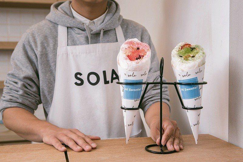棉花糖冰淇淋卷 160 元/ 2 支/結合棉花糖、香草冰淇淋、脆片與水果果粒,創...