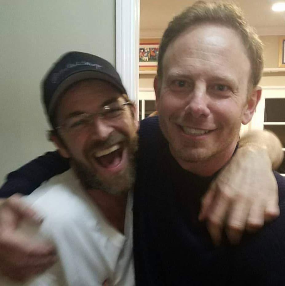 伊恩齊爾林(右)發布昔日與路克派瑞的合照,表示悼念。圖/摘自Instagram