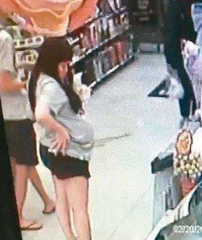 疑似新店女嬰屍生母的新加坡籍女子,在台期間逛賣場的挺肚照。 圖/本報資料照片