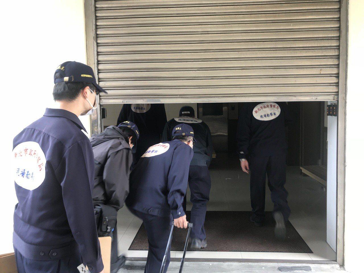 鑑識人員進入解剖中心。記者袁志豪/攝影