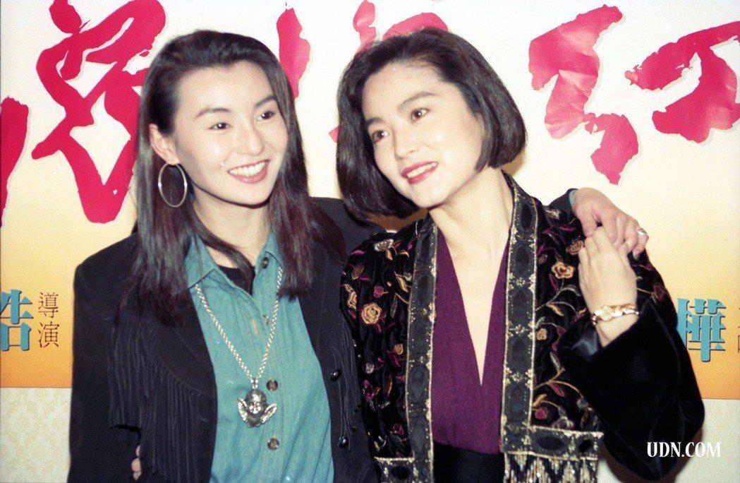 電影「滾滾紅塵」演員1990年12月5日宣傳活動,演員(左起)張曼玉、林青霞。圖