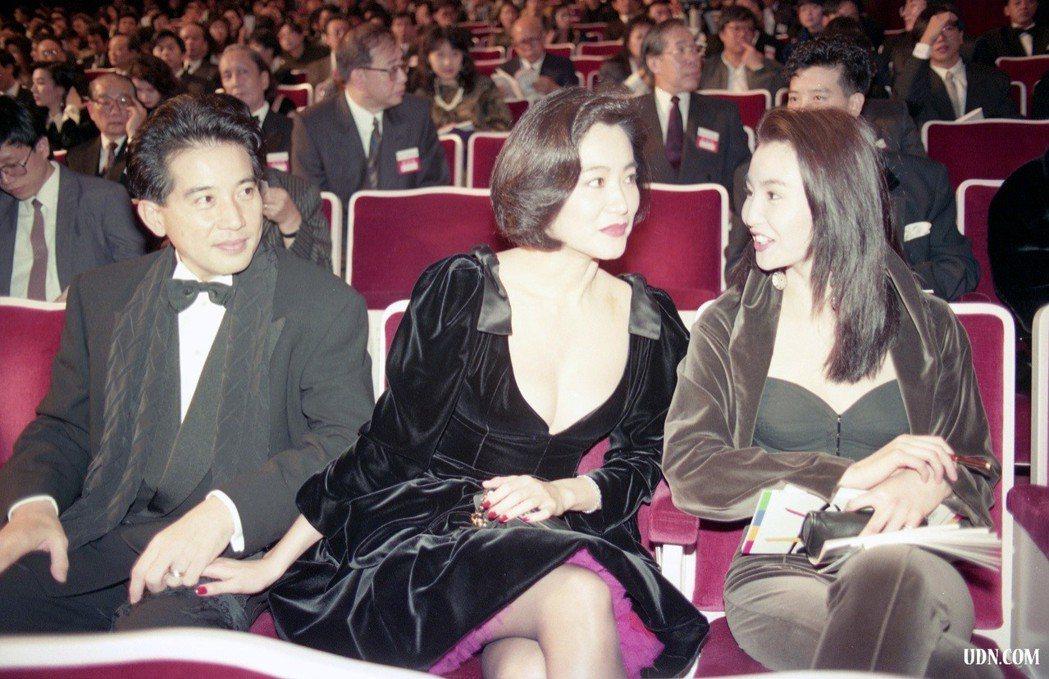 1990年12月16日,電影「滾滾紅塵」演員出席第27屆金馬頒獎典禮,圖為秦漢、...