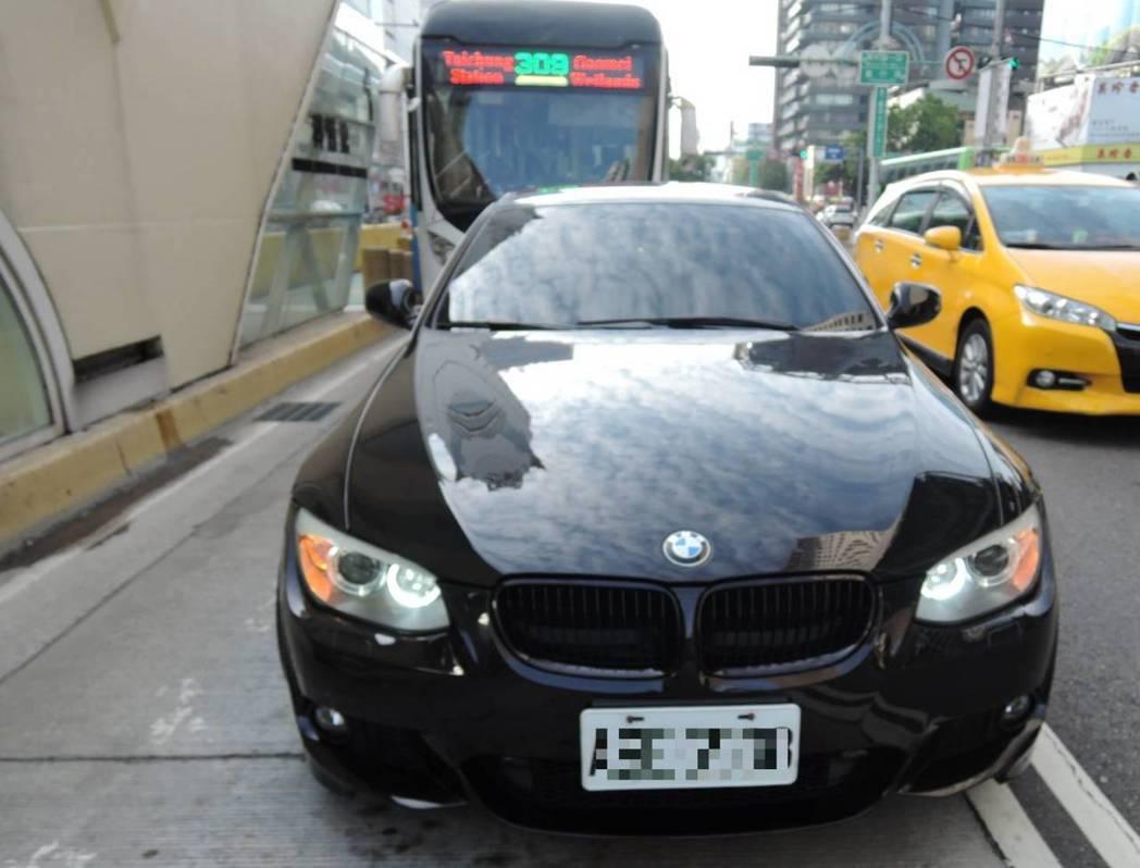 台中市一輛黑頭BMW硬擠進公車專用道,有民眾拍照PO上「中台灣大眾運輸驛」社群,...