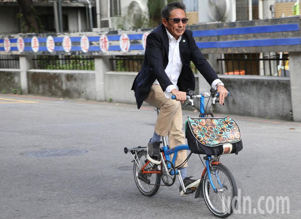 導演鈕承澤涉嫌性侵案 ,上午他西裝筆挺一派輕鬆,騎腳踏車赴北院開庭。記者林俊良/