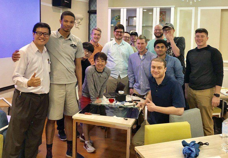 威斯康辛大學密爾瓦基分校(UWM)交換生在中原大學全球交誼廳上「薄膜電晶體液晶顯示器」課程。圖/中原大學提供