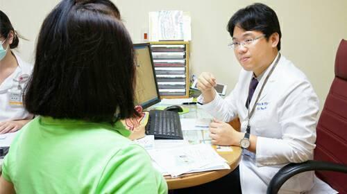 三總婦瘤科主任王毓淇(右)指出,身上出現無痛腫瘤更要當心。記者劉嘉韻/攝影