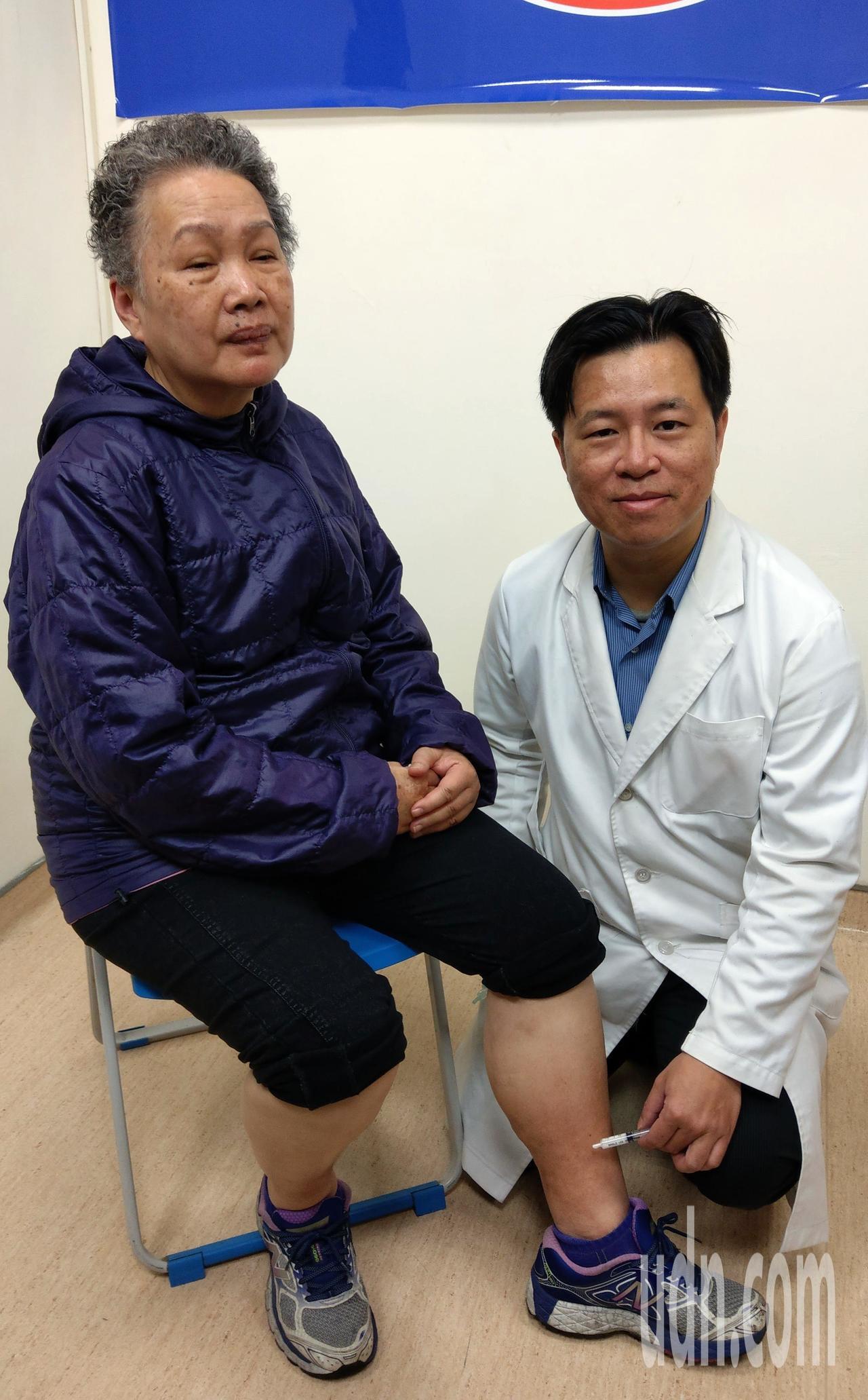 66歲梁姓女病患(左)經向醫師林子鈞(右)求診,接受泡沫注射療法,術後養成持續每...