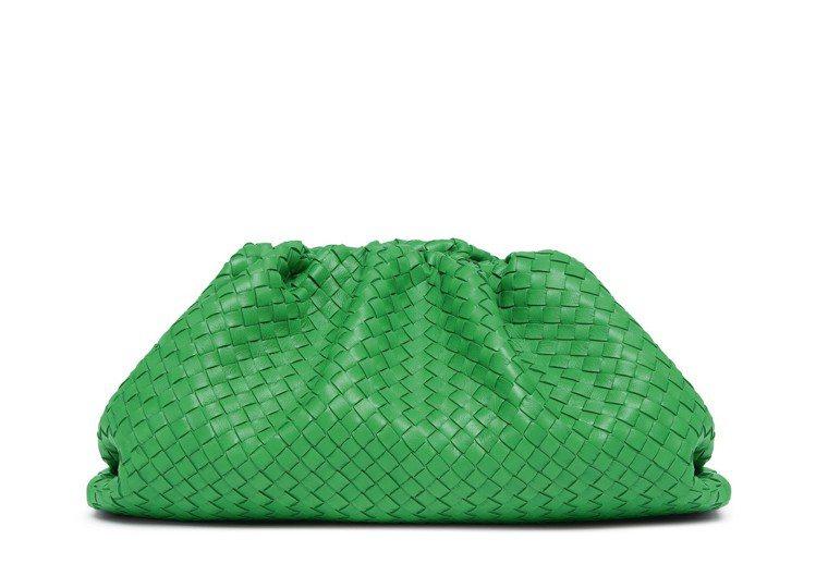 The Pouch編織小牛皮手拿包 (青草綠)91,900元。圖/Bottega...