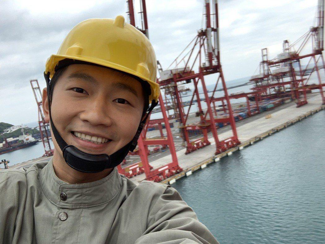 蔡昌憲為「苦力」殺青戲爬上11層樓高的岸肩橋式起重機。圖/公視提供
