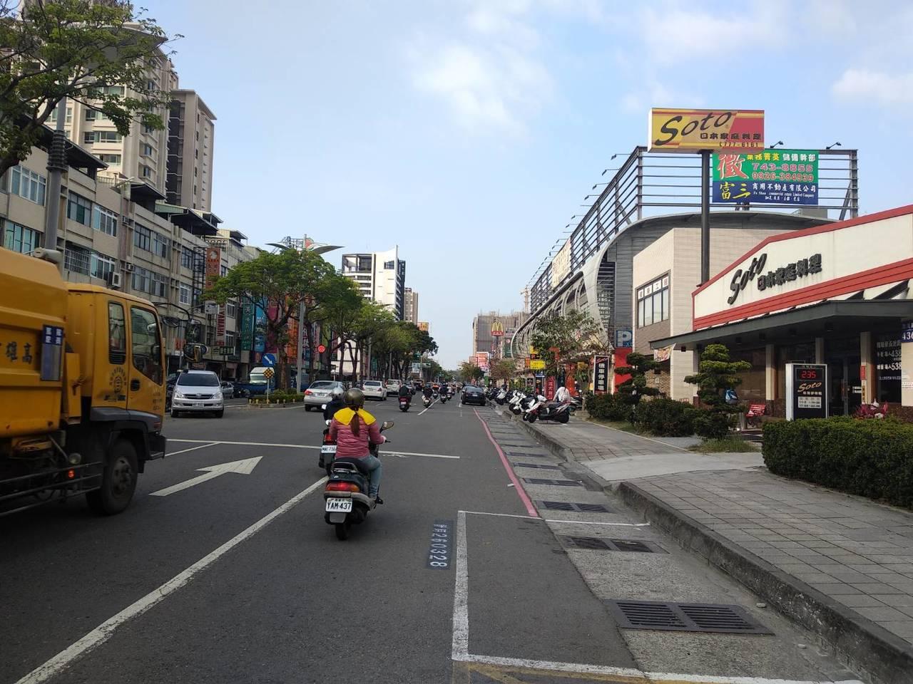 高雄鳳山區民生需求龐大、商業行為頻繁、店面林立。記者謝梅芬/攝影