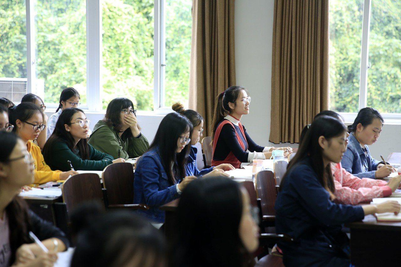 大陸大學裡的「網紅課」愈來愈多元有趣,圖為學生在課堂上課情形。(新華社資料照)