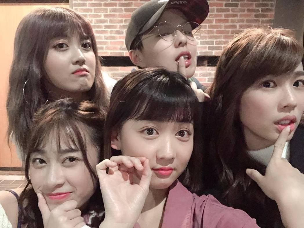 宇宙(右起)、Sunnee、鍾羽、雨婷、艾莉兒。圖/摘自IG