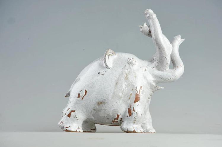 拍品之一荒木經惟立體陶瓷雕塑《elephant「デロン君」》。圖/羅芙奧藝術集團...