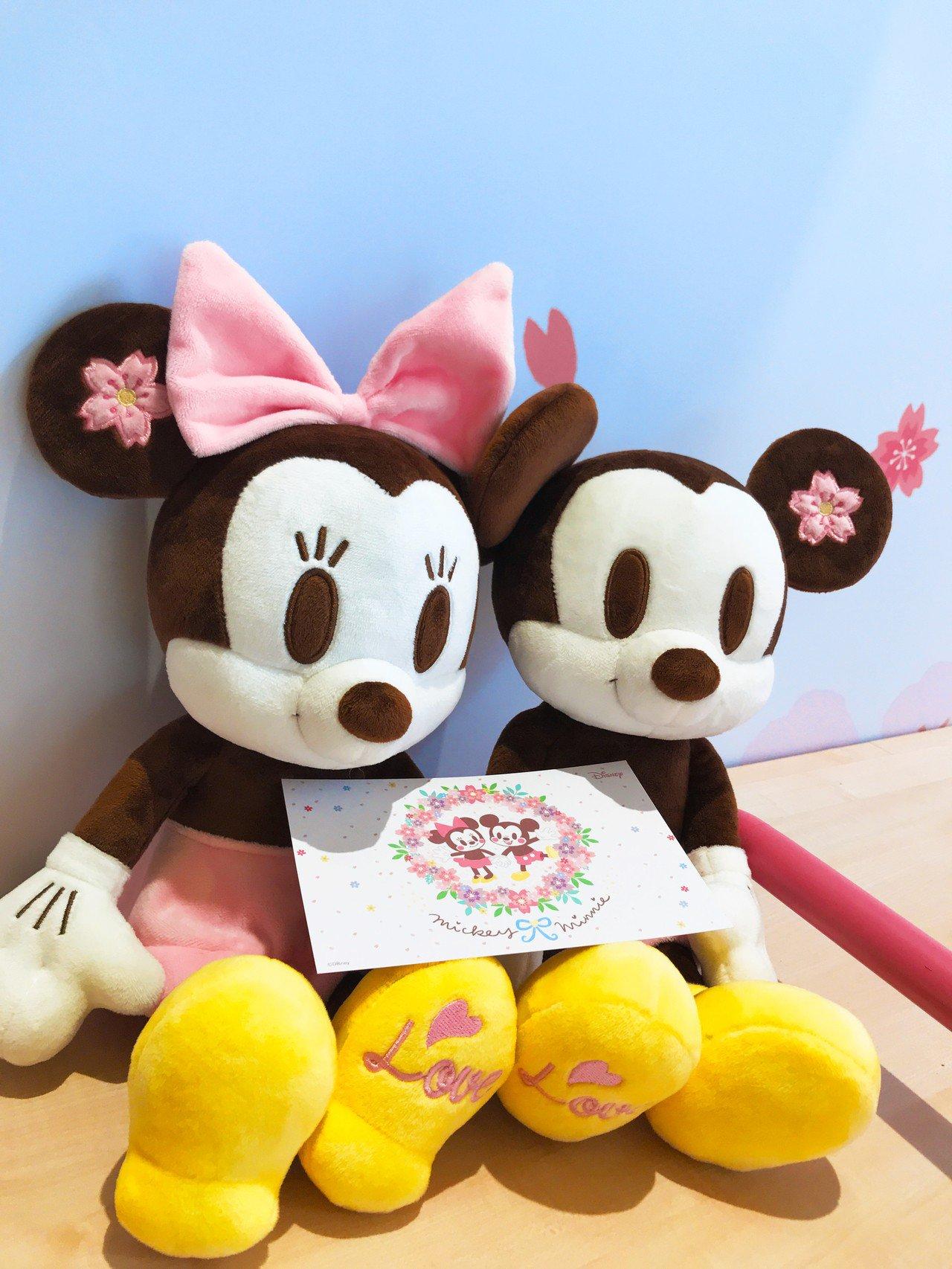 櫻花季限定版米妮與米奇絨毛玩偶,各899元。記者江佩君/攝影
