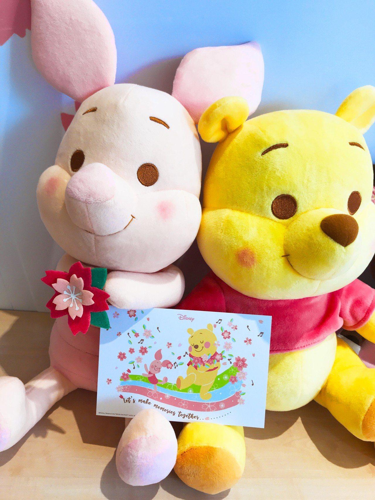 櫻花季限定版小豬與小熊維尼絨毛玩偶,各899元。記者江佩君/攝影