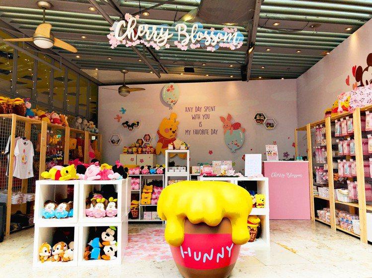 台灣限定的「迪士尼櫻花季期間限定店」周邊商品區。圖/記者江佩君攝影