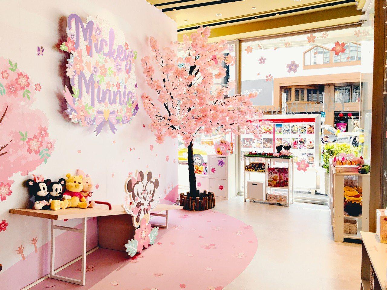 台灣限定的「迪士尼櫻花季期間限定店」拍照區。記者江佩君/攝影