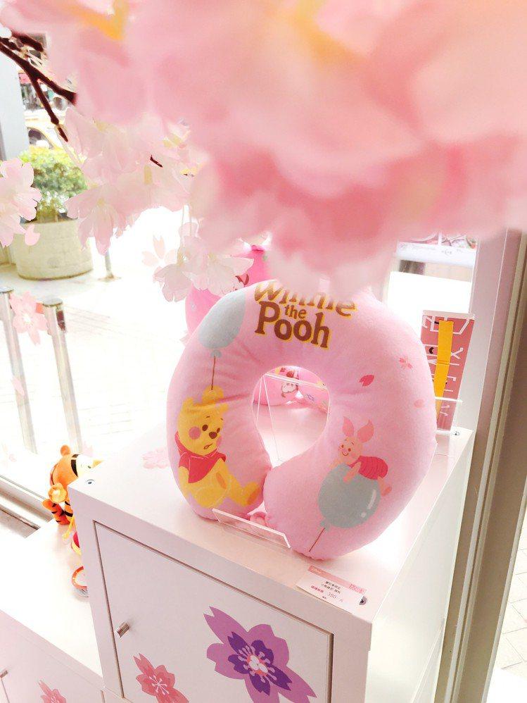 小熊維尼櫻花季限定頸枕,399元。圖/記者江佩君攝影