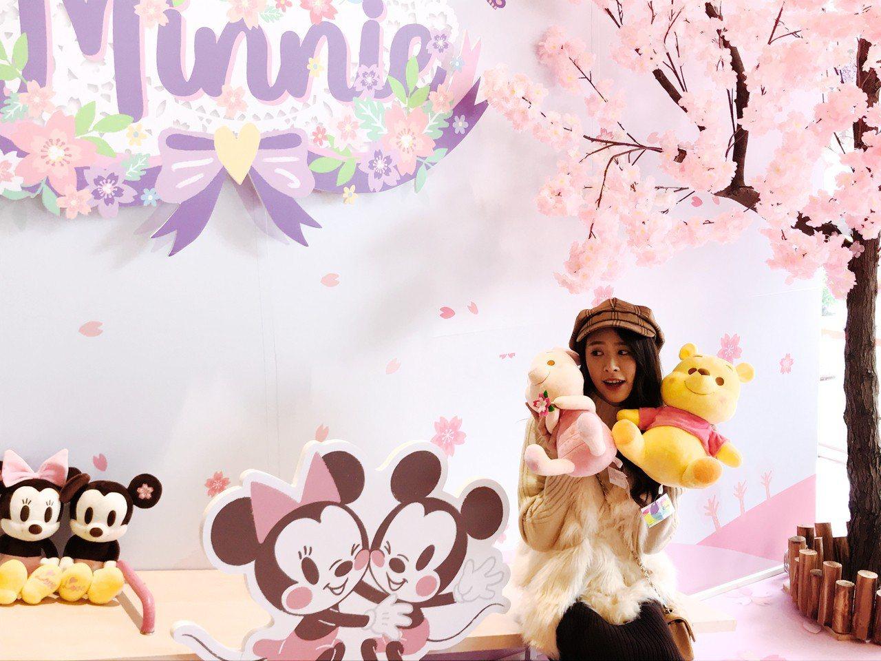 在拍照區可與櫻花季限定版玩偶一起合照。記者江佩君/攝影