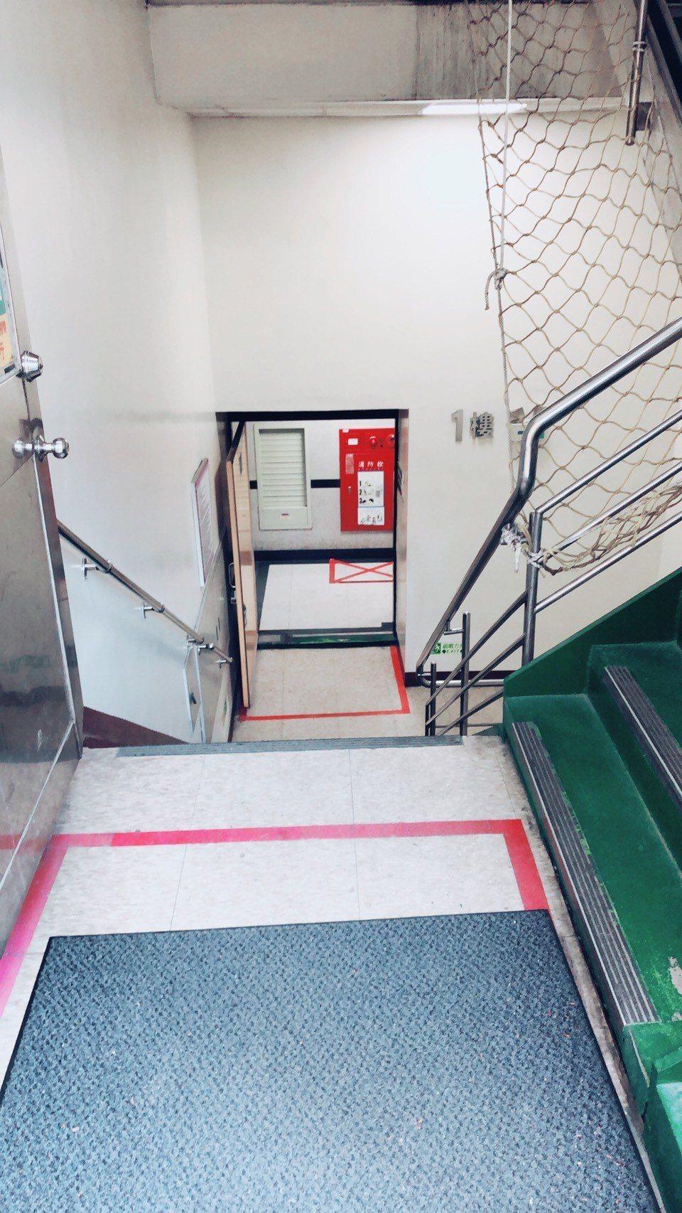 議員王欣儀指出,身障者要繳費無障礙空間不足竟要走樓梯才行。圖/王欣儀提供