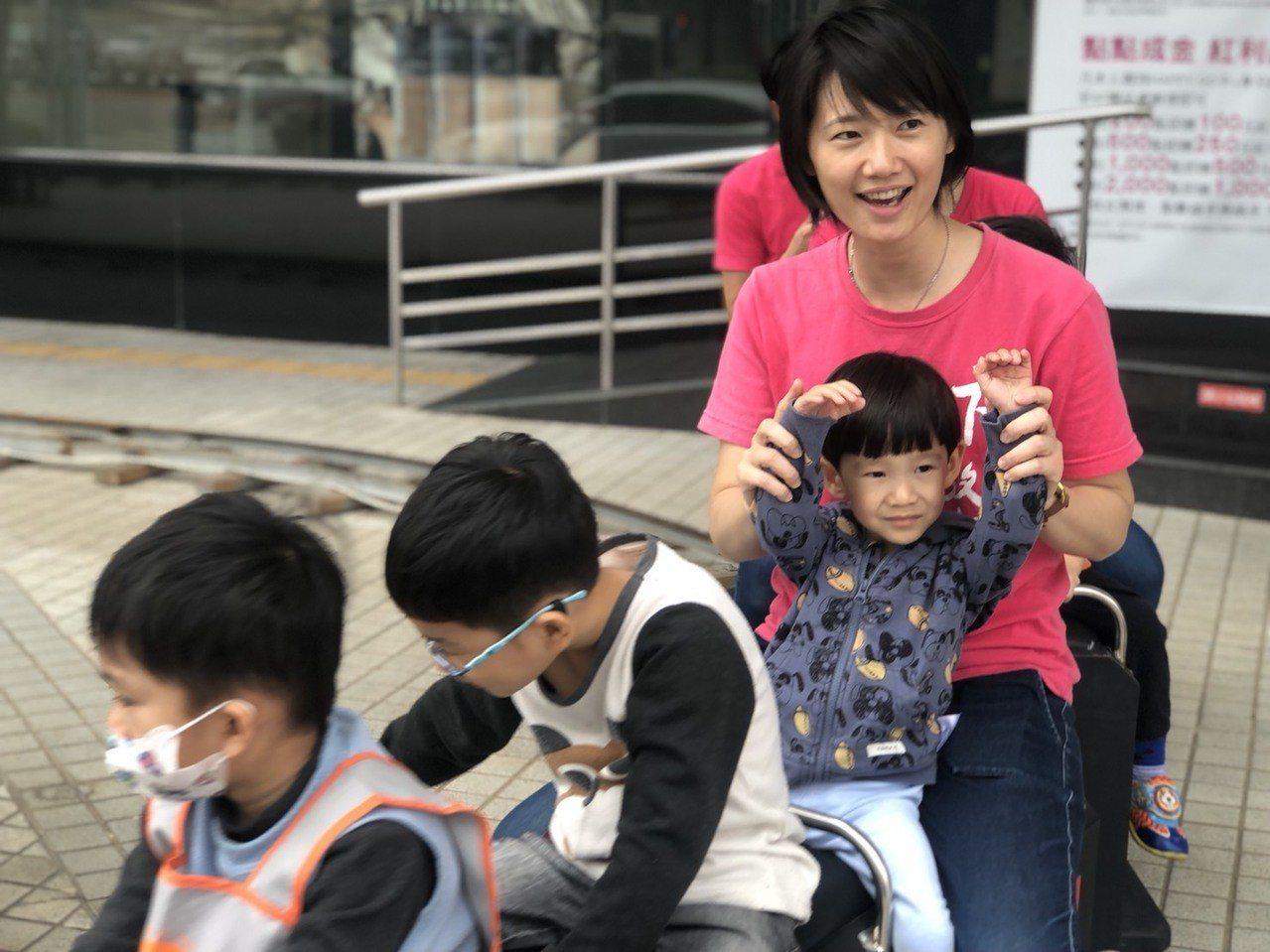 嘉義大遠百在一樓廣場打造兒童遊樂園,今天邀請35名伊甸基金會慢飛天使搶先體驗。記...