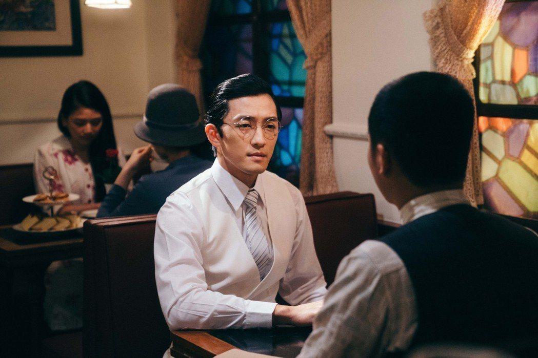 鍾政均在戲中飾演日語流利的仕紳。圖/客家台提供