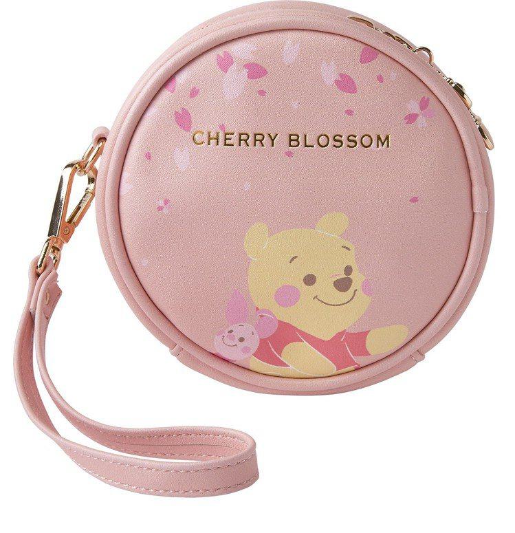 迪士尼櫻花季化妝包-小熊維尼款,售價390元。圖/7-ELEVEN提供