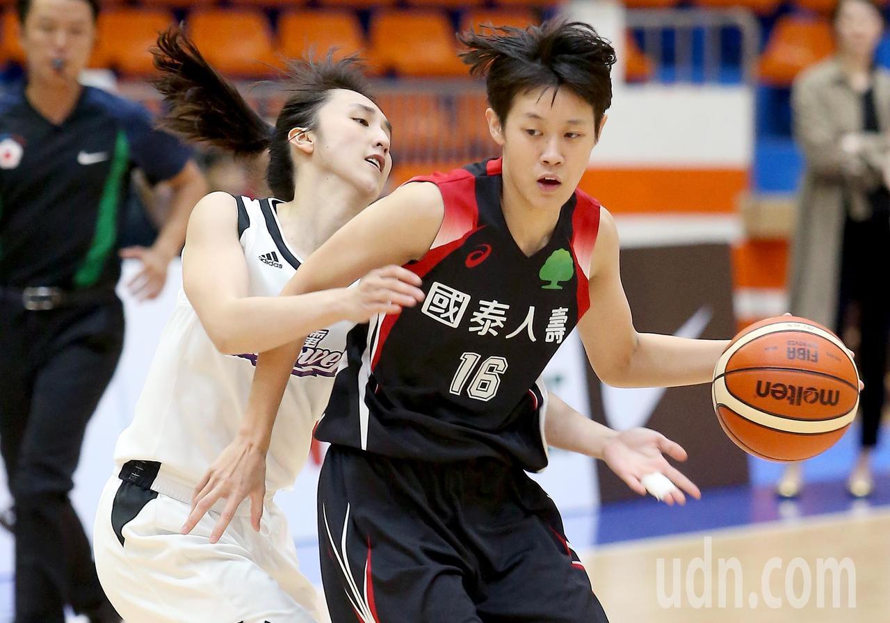 國泰陳薇安(右)運球時,台電郭佳紋(左)試圖從後方抄球。記者余承翰/攝影