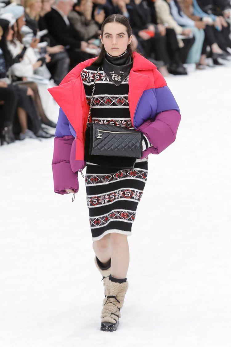 以滑雪造型為靈感的繽紛色調羽絨衣最為搶眼,蓬鬆寬大的線條,搭配有高地民族圖騰水晶...