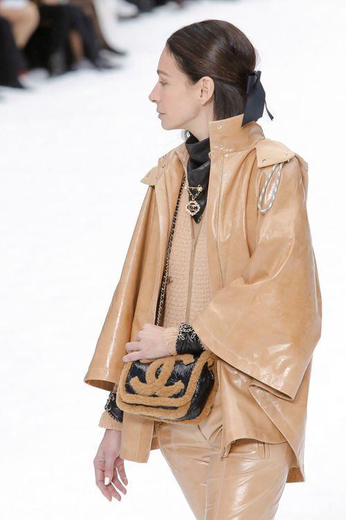 各式雪靴與黑色亮面菱格紋皮革包、千鳥格紋斜紋軟呢手拿包或編織羊皮相機包,都透過人...