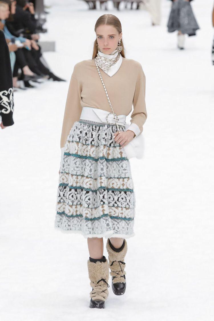 雪花般飾邊蕾絲裙子,以及綢緞白色燕尾服,注入滿滿浪漫色彩。圖/摘自nowfash...