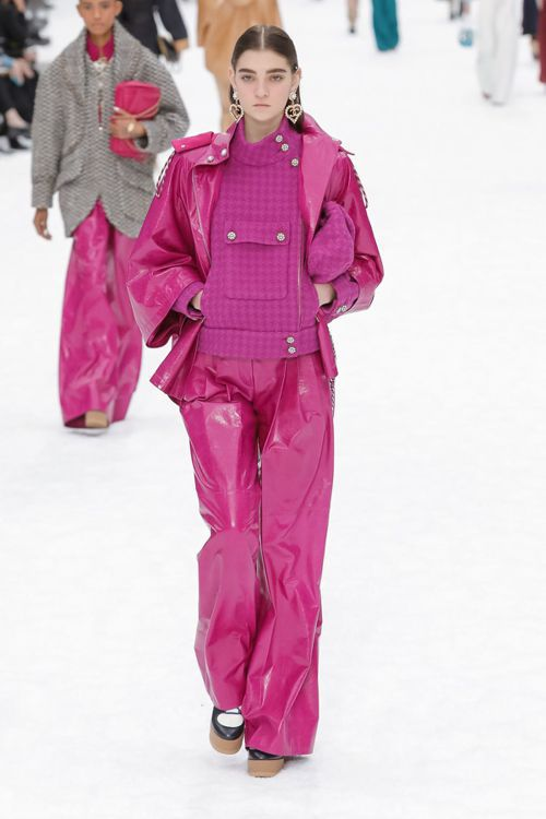 配有可放入滑雪通行證的拼貼裝飾口袋,兼顧功能需求。圖/摘自nowfashion