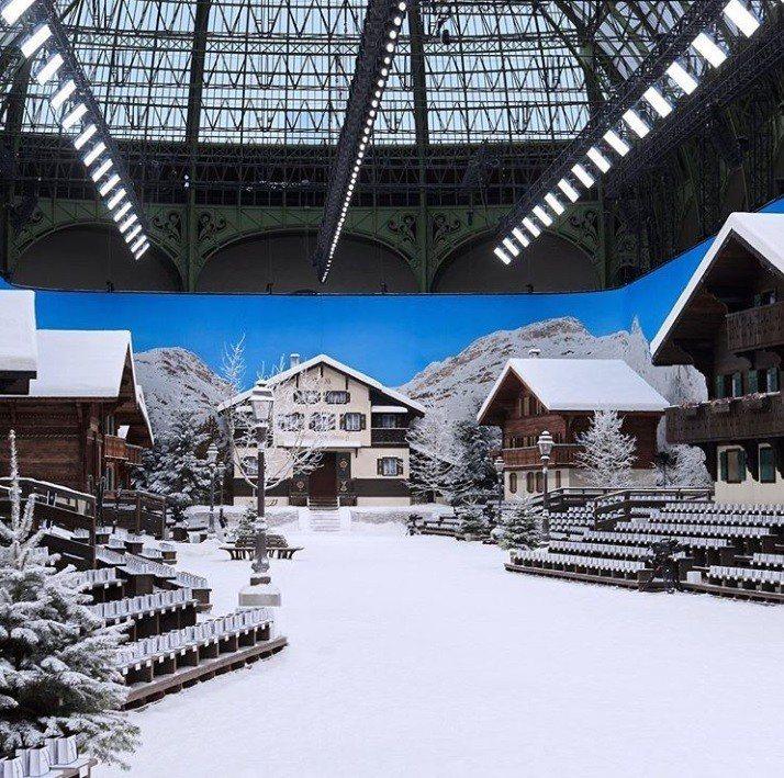 這一季千變萬化的巴黎大皇宮變身成為雪國小村落,小木屋的樸實與溫暖映襯出全新系列作...