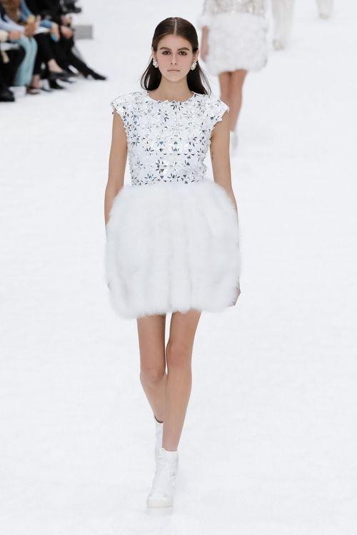 雪地裡大人小孩都愛的雪球遊戲,幻化為禮服,透過裙子與洋裝上布滿的雪紡紗和羽毛,打...