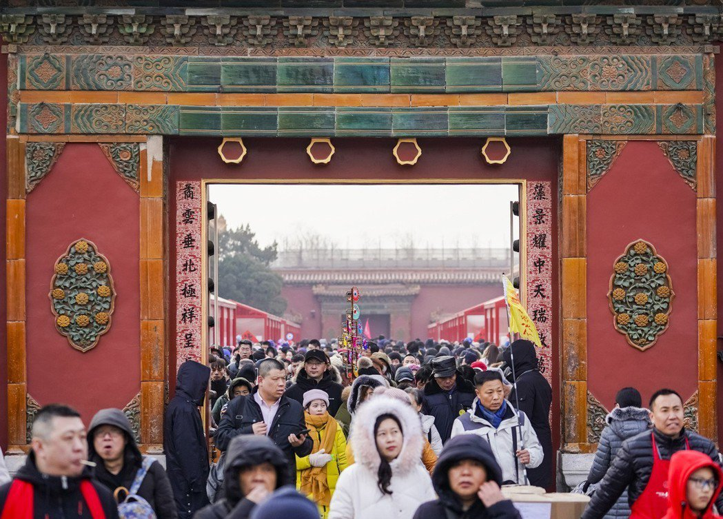 北京故宮近年轉型成功,圖為今年初一來參觀「中華老字號故宮過大年展」的人潮。(新華...