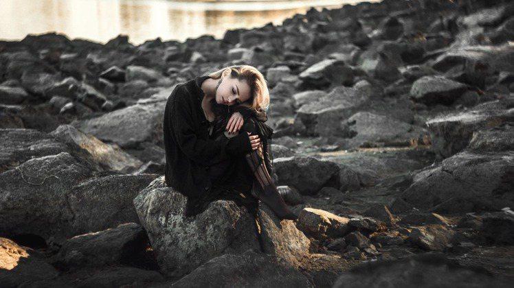 穿著一襲黑色衣裝,通常給予人一種神秘、性感、成熟魅力的自信形象。圖/摘自 pex...