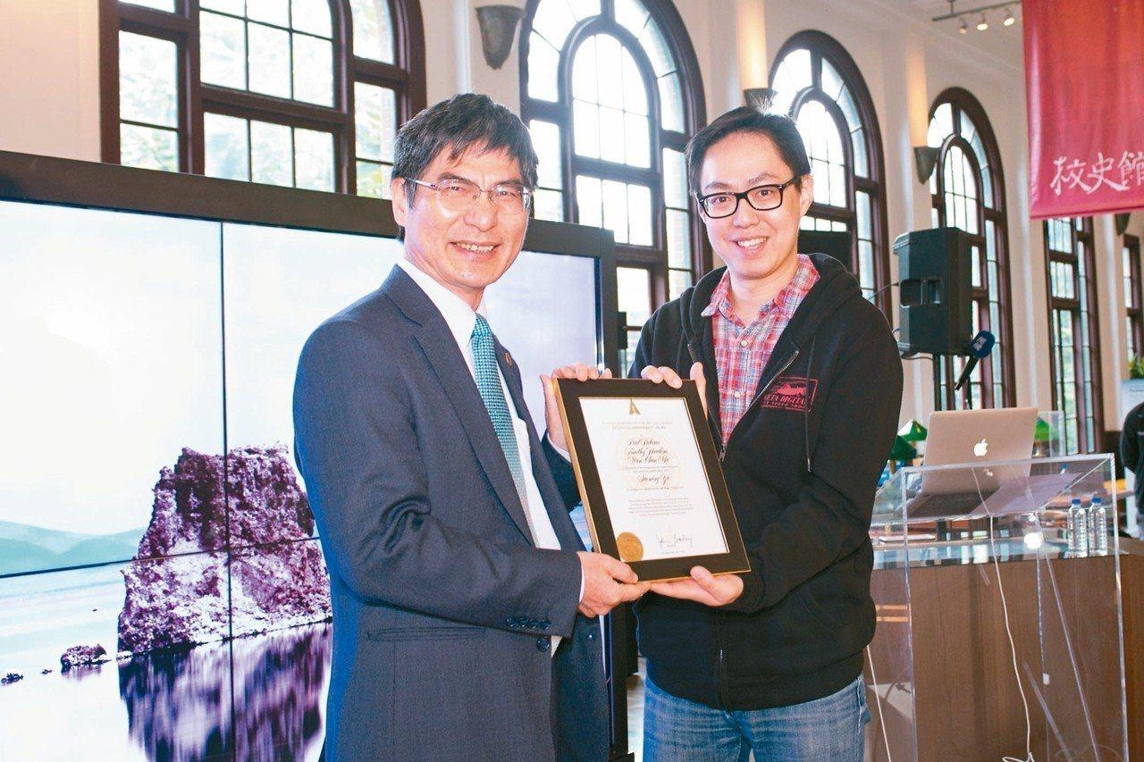 奧斯卡科技成就獎得主 科技部昨邀請馬萬鈞(右)於台大校史館進行頂尖軟體創意設計及...