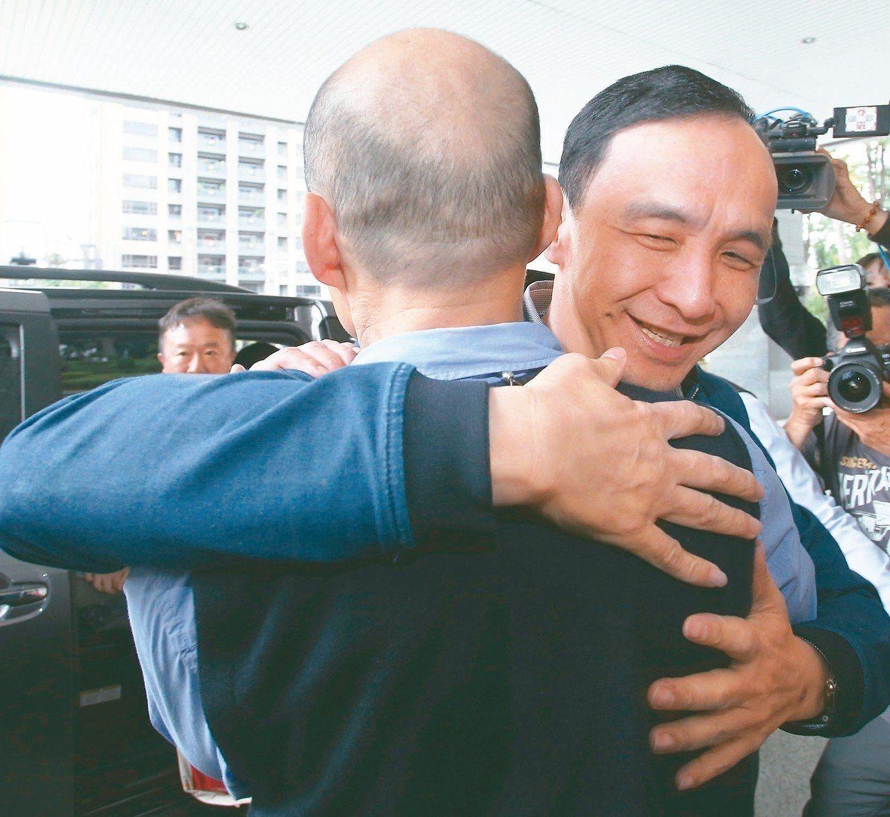 新北市前市長朱立倫(右)昨天南下拜會高雄市長韓國瑜(左),朱立倫特地給韓國瑜一個...