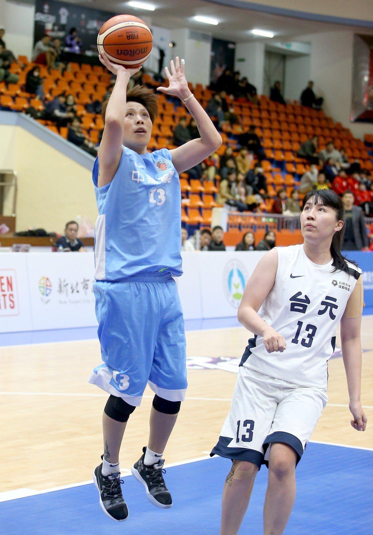 中華電信文祺(左)替補上場得到11分。記者余承翰/攝影