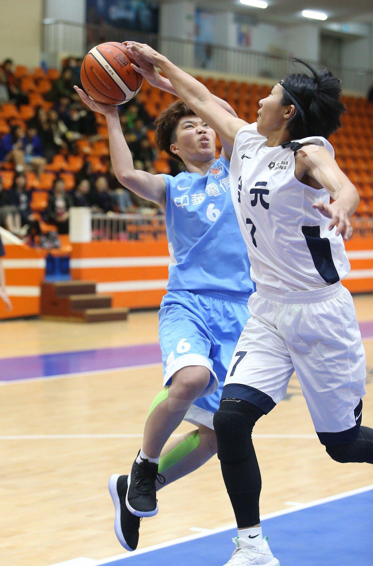 中華電信徐千惠(左)切入時遭到貼身防守。記者余承翰/攝影