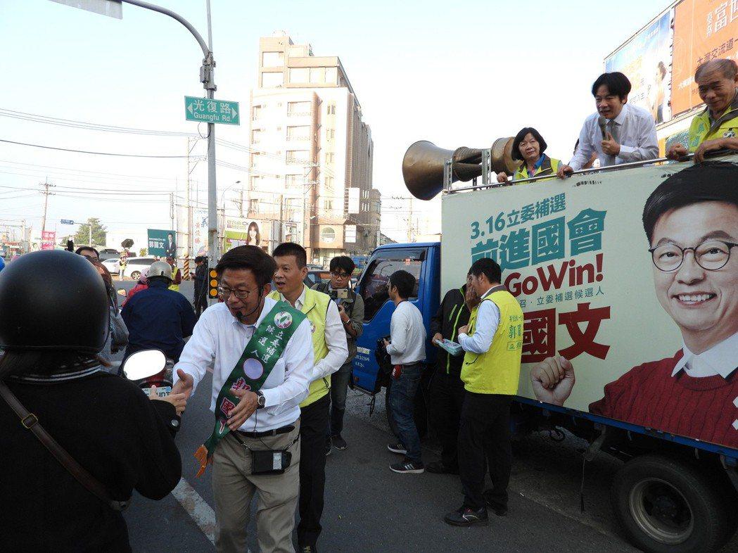 賴清德在宣傳車上聲嘶力竭拉票,陪同郭國文掃街。 記者周宗禎/攝影