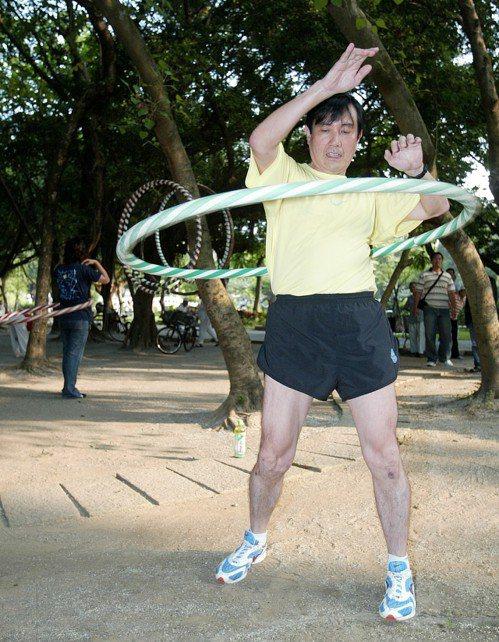 2005年即將參選國民黨黨主席的台北市長馬英九,一早穿運動服到景美興隆公園拜票,...