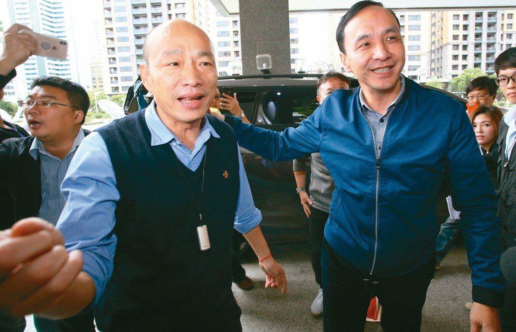 新北市前市長朱立倫(右)日前拜會高雄市長韓國瑜(左),兩人並肩閒聊,直說是老朋友...