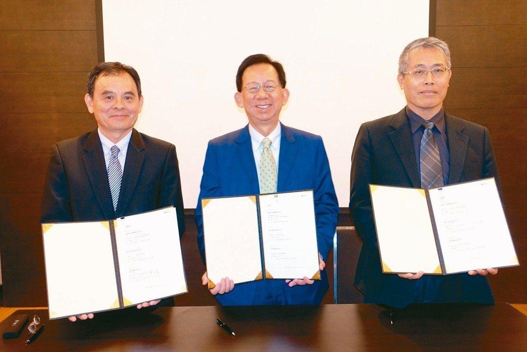 高端、台寶、基亞昨日舉行細胞治療產業聯盟成立典禮,由台寶總經理陳宏賓(左起)、高...