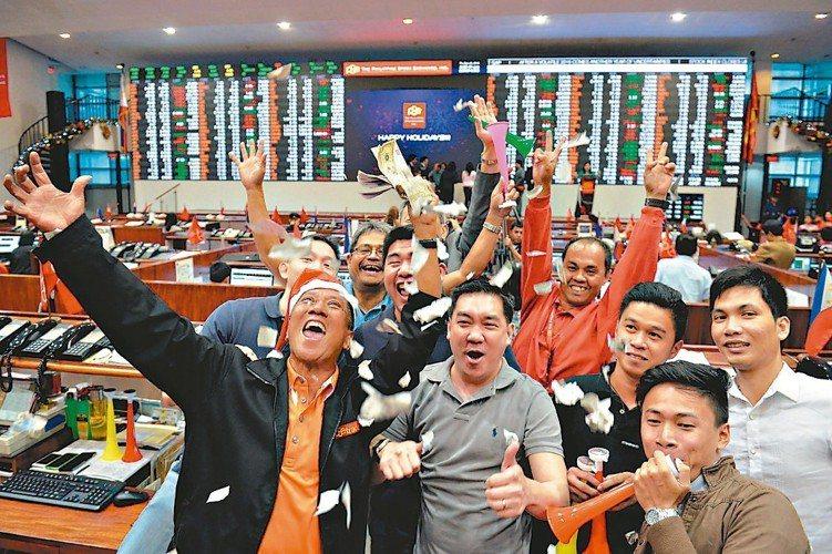 投顧看好新興股、美股商品,可趁拉回布局債券、平衡型商品,參與行情。 本報系資料庫