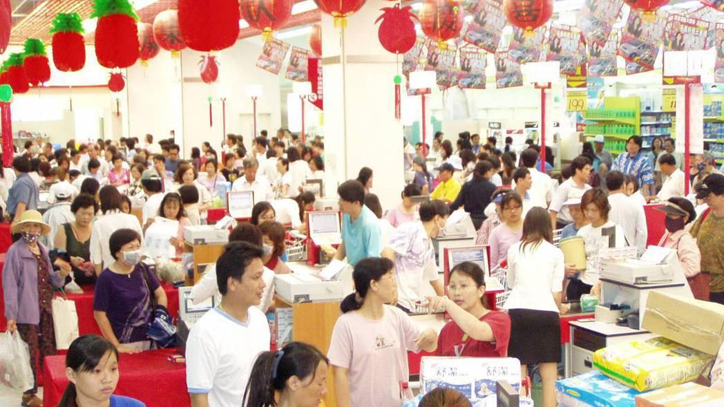 台糖屏東量販店2003年5月開幕,當時碰上SARS疫情,但還是吸引上萬名民眾,首...